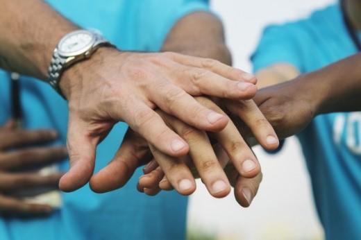 Equipo de voluntarios apilando las manos Foto gratis