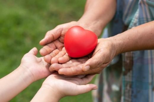 Personas con corazón de goma Foto gratis